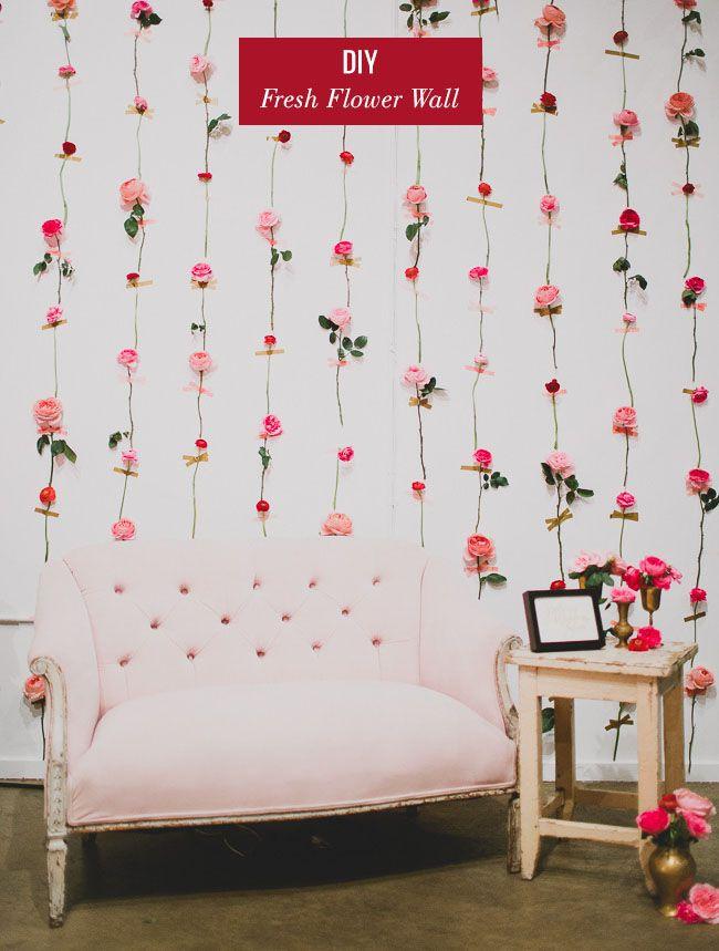 flores artificiais revestem parede