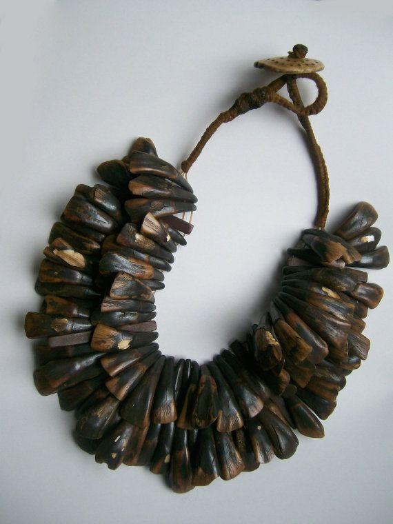 Prachtige ketting met tribal uitstraling. Twee rijen tanden van de waterbuffel. De tanden hebben een mooie oude patina. De ketting is…