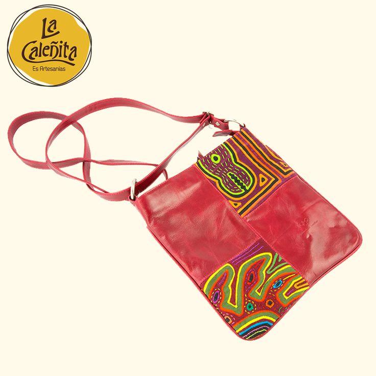 La mola: Creatividad y abstracción Kuna que puedes encontrar en nuestra colección de bolsos. 💖👜😍 #KunaArtesaniaColombiana #ArtesaniasColombianasMolas #ArtesaniasLaCaleñita