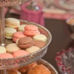 Macarons dispayed on a very Marie-Antoinette inspired tablesetting by www.decopolitain.com pic by Catalina Mesa