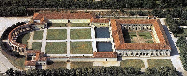 Palazzo del Te  -  Te-Palast in Mantua     Aus der Epoche der Renaissance und des darauf folgenden Manierismus stammt auch der Palazzo del Te, erbaut von dem berühmten Architekten und Maler Giulio Romano. Federico II Gonzaga, Sohn der Isabella d'Este, hatte den Schüler Raffaels um 1524 nach Mantua geholt. Ehemals am Stadtrand gelegen, sollte der Palast dem Herzog als Sommerresidenz dienen. Der weitläufige Palazzo del Te mit quadratischem Grundriss, Garten