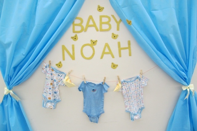 letras cortadas em papel sanfonado, varal de roupinhas e cortina de tnt. #babyshower