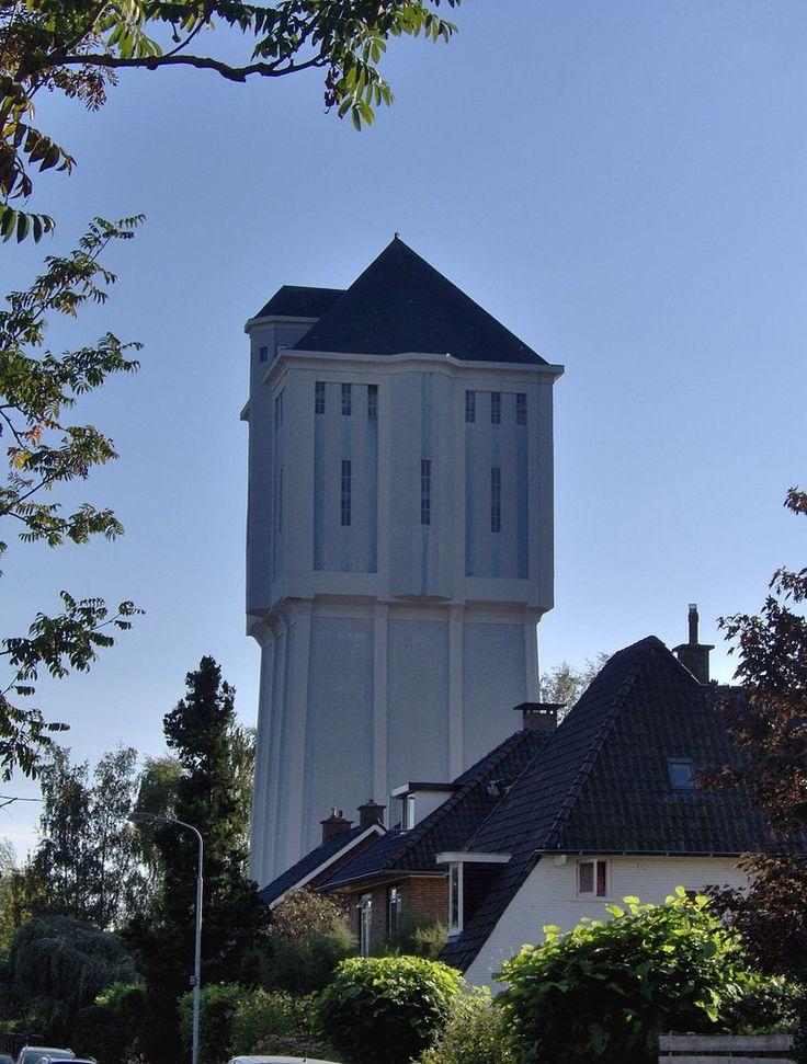 Inleiding De betonnen functionalistische WATERTOREN is in 1926, in opdracht van de Algemene Waterleiding Maatschappij Almelo, gebouwd naar een ontwerp van de architect G. Halbertsma en de ingenieur J. Buining. Aannemer B. Stegehuis en Zoon voerde het werk uit. De toren is een kopie van een inmiddels afgebroken watertoren die in 1916 in Velsen (NH) is gebouwd. De watertoren is 38,1 meter hoog en heeft een betonnen reservoir met een inhoud van 750 kubieke meter.