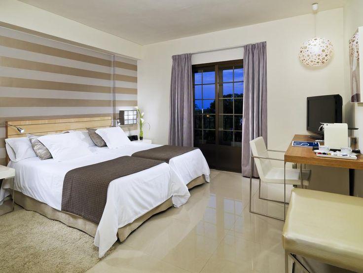 Отель четыре звезды, в центре Марбельи.. Отель с более чем 150 номерами. Он был построен в 2002-2003 годах. Договор с управляющей компанией был заключен с момента открытия на 20 лет. Ресторан, бар, бассейн, тренажерный зал, 3 конференц-зала, парковка. Отель в отличном состо