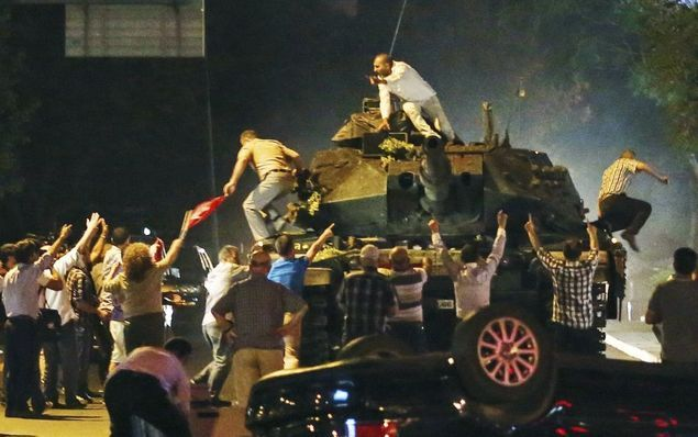 Target Kudeta 15 Juli: Perang Sipil Turki Akan Dijadikan Seperti Irak  Oleh: MAHMUT ÖVÜR (Kolumnis Daily Sabah Turki) Kekacauan pada 15 Juli dimotivasi oleh hasrat untuk mendorong Turki menuju perang sipil dibanding untuk mengadakan sebuah kudeta. Karena itu ini tidak menyerupai kudeta/percobaan kudeta-kudeta yang terjadi sebelumnya. Berbagai tank menargetkan warga sipil helicopter membuka tembakan dan parlemen dibom. Semua serangan ini tidak hanya refleksi dari sebuah percobaan kudeta tapi…