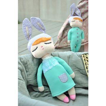 Deze schattige Kanindocka pop (42 cm)met vrolijke konijnenoren en roze blosjes op haar wangen zorgt voor veel speelplezier en heeft een hoog knuffelgehalte! Het ideale knuffelvriendje voor je kindje!