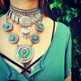 Maravillosa presentación de la nueva colección de joyas (anillos, pulseras, pendientes, collares, colgantes, cinturones, tobilleras, tocados,etc...)