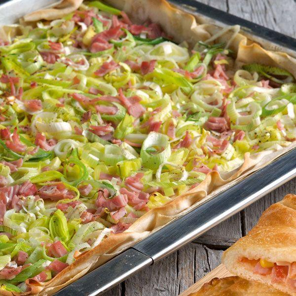 Ursprünglich wird der berühmte pikante Kuchen aus dem Elsass mit Hefeteig zubereitet. Aber mit Strudelteig ist die herzhafte Tarte mindestens genauso...
