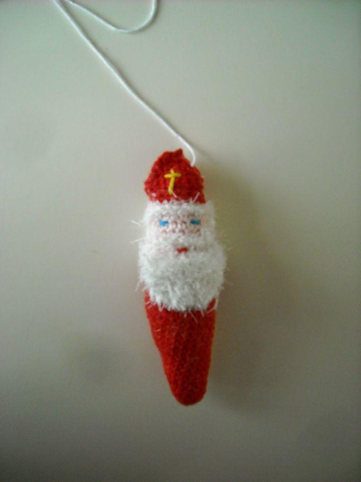 DOEN JULLIE MEE?      Haakpatroon hanger Sinterklaas.     Benodigdheden:  Restjes rood,wit,blauw en geel katoen.   Restje wit   [brazilla]  ...