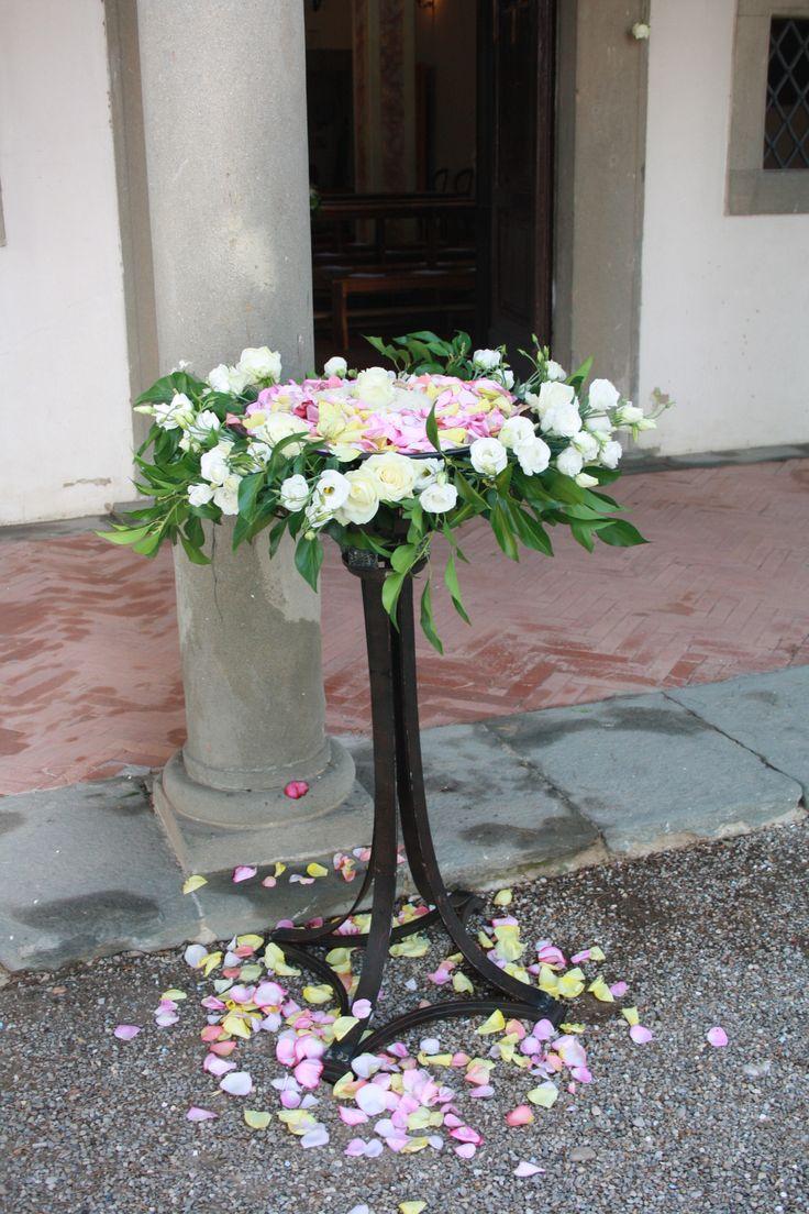 Matrimonio con composizioni di fiori e dettagli in bianco e altri colori