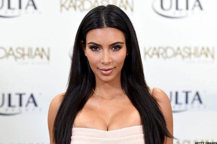 """Sahabat Dekat Komentari Isu Perceraian Kim dan Kanye  Konfrontasi -Isu yang beredar tentang perceraianrapperKanye West dan Kim Kardashian kini merebak luas. Namun salah satu sahabat mereka menampik rumor tersebut.  Salah satu sahabat Kardashian yang juga merupakan bintangreality showtelevisi Amerika Serikat Jonathan Cheban berusaha menampik isu tersebut. LewatE! News ia berusaha memberi pernyataannya.  """"Aku baru saja bertemu Kim dan Kanye kemudian mendengar rumor tersebut. Aku hanya bisa…"""