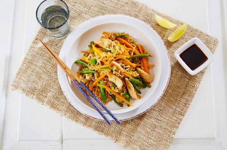 Kylling Chow Mein er en klassisk kinesisk rett med nudler, kylling og masse gode grønnsaker.