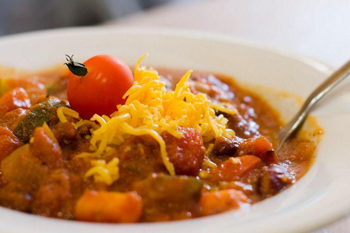 Prueba esta versión sencilla y rica del chili vegetariano. Una alternativa sana al famoso chili con carne, esta receta de chili vegetariano es buenísima!