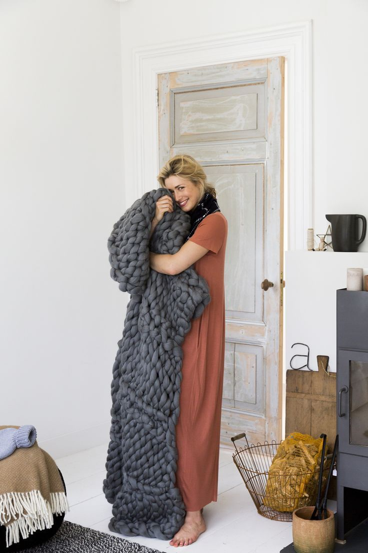 Can you believe that this beautiful throw is easy to make? You don't need any knitting needles as you use your arms for knitting. At Stylecookie you can find the tutorial video. Credits & source: Anke