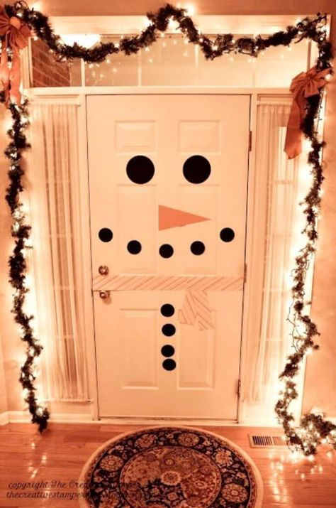 How to make a snowman door and tons of other Easy DIY Holiday Decorations! #DIYholidaydecor #christmasdecorations #DIYchristmasdecorations #easyholidaydecorations #easyholidaydecor #christmasdecorationideas