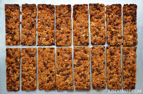 Great way to save money if you have kids that LOVE granola bars!! Easy Homemade Chocolate Chip Granola Bars #recipe