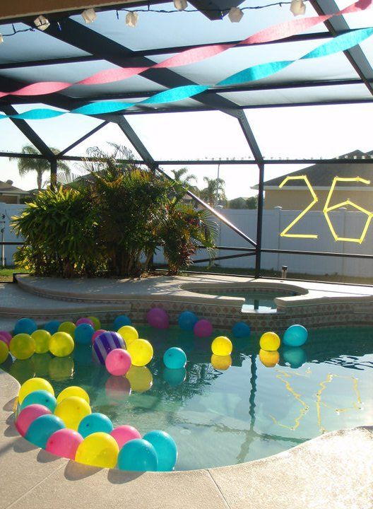 Pool party decor float balloons in the pool party for Pool party dekoration