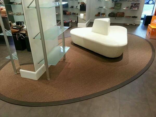 Een natuurlijk Sisal #karpet met een prachtige lederen rand! #vloeren #design #interior