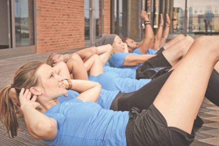 Hochintensives Intervalltraining – kurz HIIT – bringt Sie nicht nur an Ihre körperlichen Grenzen, sondern lässt auch überschüssiges Körperfett schmelzen.