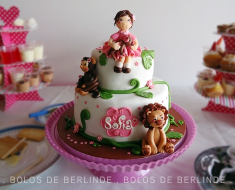 Bolo de 2 andares, para o 2.º aniversário da Sofia, que adora os animais da selva. (Two tier fondant cake for Sofia's 2st birthday, who loves jungle animals).