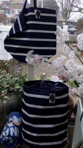 Shopper / wastas - Marineblauw - wit gestreepte Bigshopper cq. Wastas.  Superhandige grote tas. Handig om mee te winkelen maar hoe leuk als wasmand/tas in de badkamer, speelgoedtas op de kinderkamer of ander opbergidee.