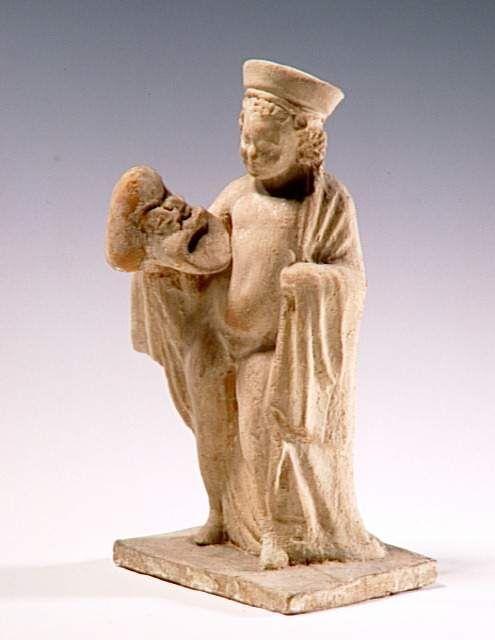 Enfant tenant un masque de théâtre de la Nouvelle-Comédie. 1ère moitié du 3e siècle av J.-C. Paris, musée du Louvre