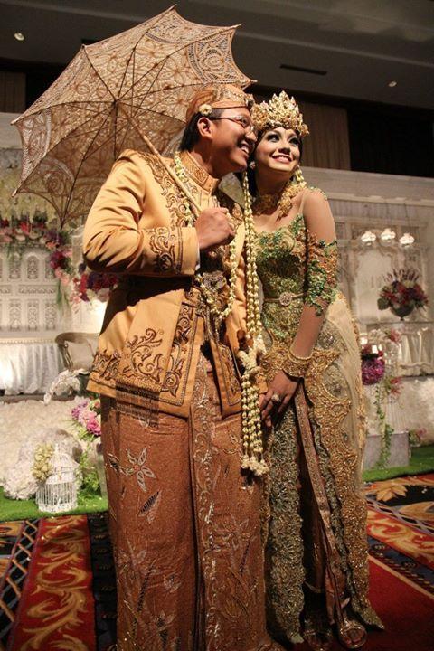 Mahkota pada pengantin perempuan dalam pernikahan adat Sunda, menutupi kepala hingga dahi pengantin.
