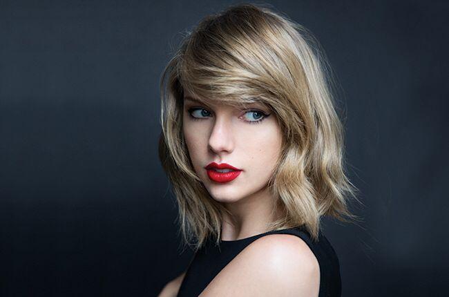 Taylor swift Taylor Alison Swift veya bilinen adıyla Taylor Swift, Amerikalı şarkıcı-söz yazarı ve aktris. Wyomissing, Pensilvanya'da büyüdü ve on dört yaşında Nashville, Tennessee'ye taşındıktan sonra country müzikteki kariyerine başladı. Vikipedi -kurucu Öptüm bye