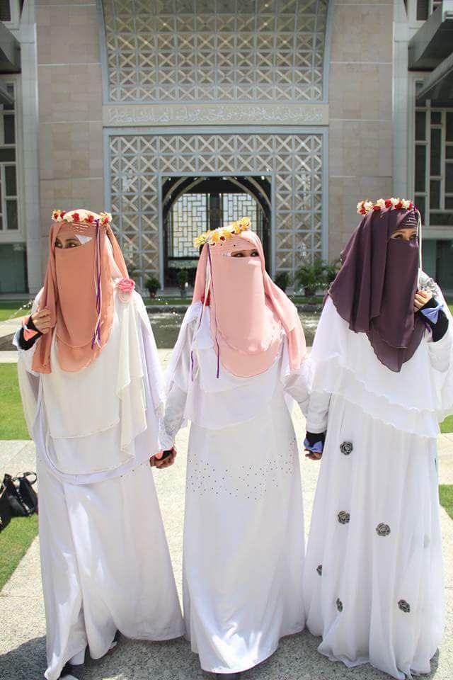 Niqabisما ضر الزهور !  و ما عليها !  إذا المزكومُ لم ينشق شذاها