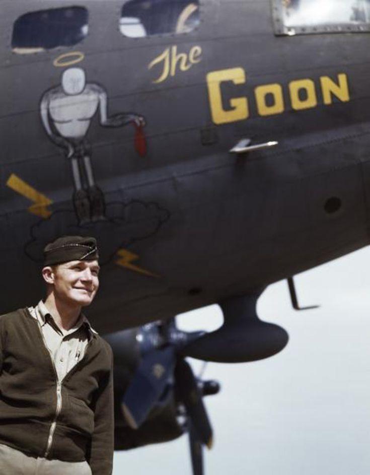 """Le capitaine Jay F.Shelley devant """"The Goon"""", un bombardier de type B-17 de l'armee de l'air américaine - Tunisie - 1943 / Copyright By Cornell Capa / Magnum Photos"""