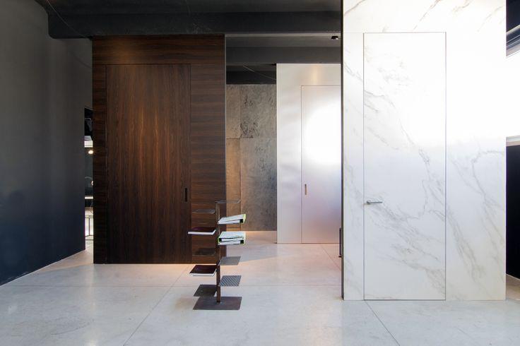 Linvisibile Alba Infinito Hinged door, gres porcelain. Showroom MAT #invisibledoors #internaldoors #MAT #showroom #designdoors