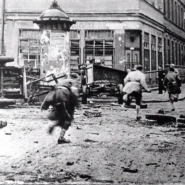 "August 1944, Warsaw, Insurgents of ""Pięść"" battalion crossing Chłodna Street under enemy fire.  Source: Dni Powstania"