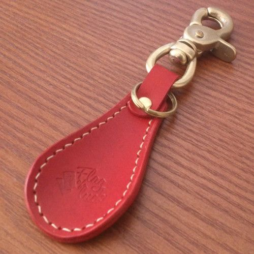 革の靴べらキーホルダー。鉄芯を入れず、革だけで形成しています。2重リングが付いているので鍵等を取り付けられます。金具は全て真鍮です。全長約135mm / 靴べ...|ハンドメイド、手作り、手仕事品の通販・販売・購入ならCreema。
