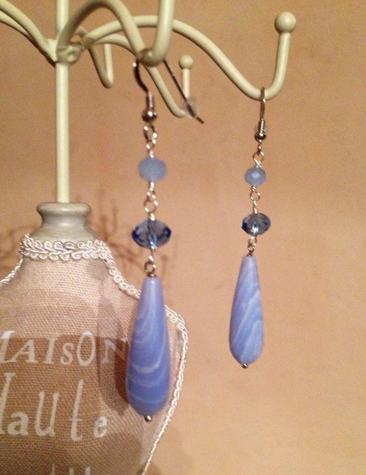 Orecchini fatti a mano. Goccia di agata lace e cristalli. Handmade earings. Lace agate drop and crystals.