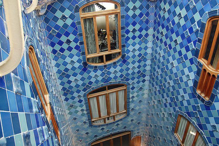 Caratteristico è il patio con le sue piastrelle, che da un blu intenso diventano sempre più chiare fino al bianco man mano che si scende verso il basso. (Foto di Tato Grasso)