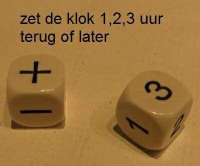 Leuk rekenspel voor klok kijken. Gooi de twee dobbelstenen. Op de ene dobbelsteen staan alleen de getallen 1,2 en 3. In dit geval op de foto zet de klok 3 uur vooruit.