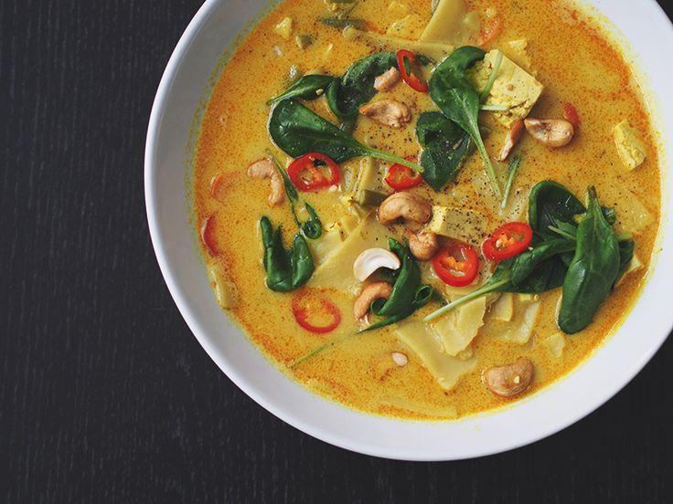 Jos kaipaat alkukevään viileisiin päiviin lämpöä, testaa tämä herkullinen keitto! Se on gluteeniton ja sopii vegaaneille. Mausteinen tofukeitto kookoksella