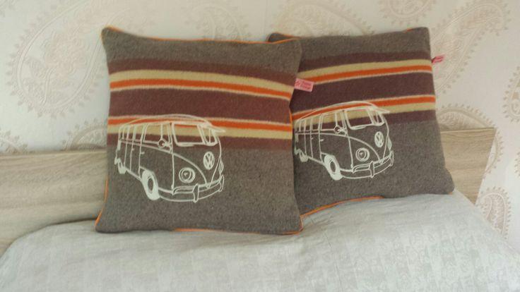 Gemaakt van vintage verhuisdeken en geupstyled met een geborduurde afbeelding van een VW-busje.