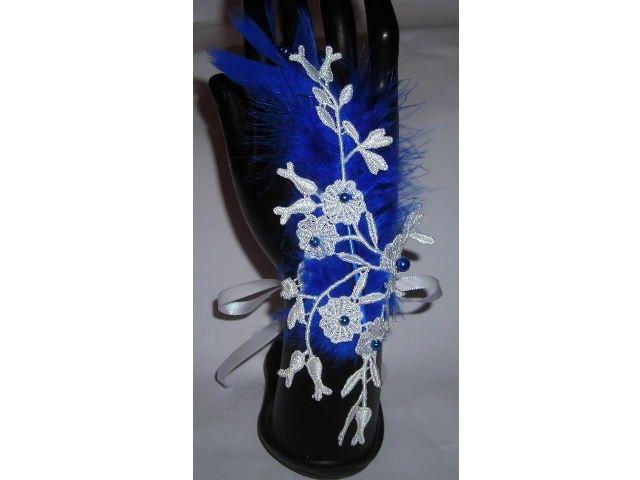 Idéale pour Mariage, Fête, Soirée, Gala ou toute autre Cérémonie  Superbe Mitaine en dentelle de Calais, coloris blanc  Fait Mains  Ornée de perles nacrées en verre de bohème bleu roi, et d'une jolie plume de la même couleur que les perles  Avec 2 rubans en satin blanc pour la nouer  L'attache de l'entre doigt, est fabriqué avec1 anneau de perles nacrées en verre de bohème bleu roi  Dimension :  Longueur totale avec l'entre doigt : 19 cm Largeur (au plus large) : 8 cm