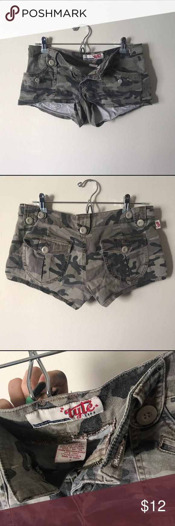 CUTE & COMFY • Camouflage stretchy shorts ☀️ CUTE & SUPER COMFY camouflage stretchy shorts size 7 ⬇️ --- >> worn in. still great shape just are extra comfy  >> true to size. do have a bit of stretch to them  >> size 7 --- #camo #army #shorts #relaxed #summer #casual #green #camouflage  #distressed Shorts