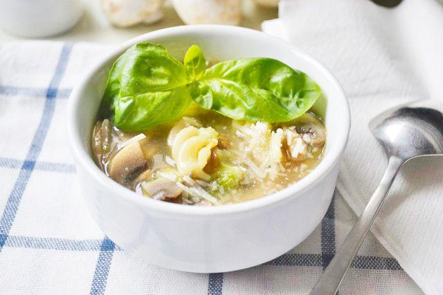 Streifen Sie kulinarisch durch das alte Europa mit dem #Champignonsuppe mit Nudeln Rezept mit Worcestershiresauce.