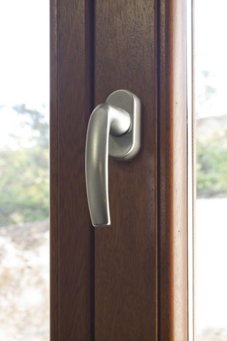 La manilla de la ventana es moderna y funcional. Otorga cierta robustez y seguridad al diseño.