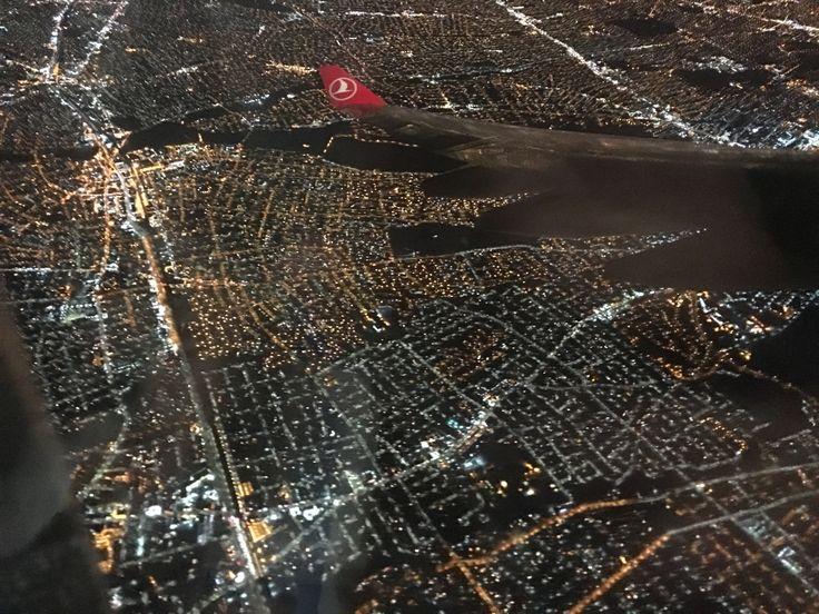 """❤️ rhatunoglu / Manhattan- NEW YORK / JET-LAG  / Dr. Meltem Ayran  JET-LAG Vücut saati şaşarsa, jet-lag olur! PAYLAŞ:     Bu yazımda sizlere seyahat tutkunlarının kabusu olan ve """"jet-lag"""" olarak bilinen durumdan bahsetmek istiyorum. Jet-lag, vücudun iç saatiyle varılan yerin saatinin uyuşmaması ve vücudun bocalaması durumu olarak özetlenebilir.  Örneğin: Canınız uçağa atlayıp New York'a gitmek istedi, Türk Hava Yolları'nın TK3 sefer sayılı A330 uçağıyla sabah 07.25'te İstanbul'dan hareket…"""