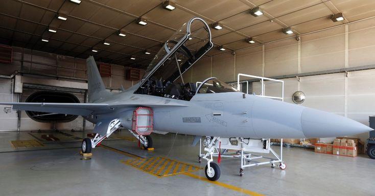 Um FA-50, primeiro caça leve de fabricação sul-coreana, é visto na sede da Indústria Aeroespacial da Coreia (KAI), em Sacheon, cerca de 440 km da capital Seul. A aeronave é baseada nos jatos de treinamento T-50, que já estão a serviço do país, e foi desenvolvida em conjunto com a empresa americana Lockheed Martin. A Coreia do Sul planeja exportar caças devido ao forte aumento da procura de armas militares na Ásia. O país também pensa em desenvolver o caça KF-X, de maior porte, com o apoio de…