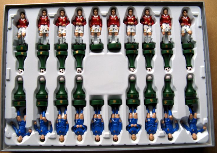 How cool is this?  A Manchester United chess set