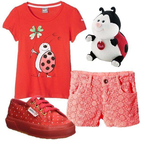 I pantaloncini corallo hanno un tessuto di merletto a fiorellini particolare. L'abbiniamo alla t-shirt rossa con stampa di coccinella sul davanti. Ai piedi scarpe sportive rosse con micro pois bianchi. Per finire peluche a a forma di coccinella.