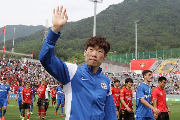 Park Ji-sung Photos - Park Ji-Sung of PSV Eindhoven waves to fans after his farewell match between PSV Eindhoven and Gyeongnam FC at Changwon Stadium on May 24, 2014 in Changwon, South Korea. - Park Ji-sung Photos - 20 of 225