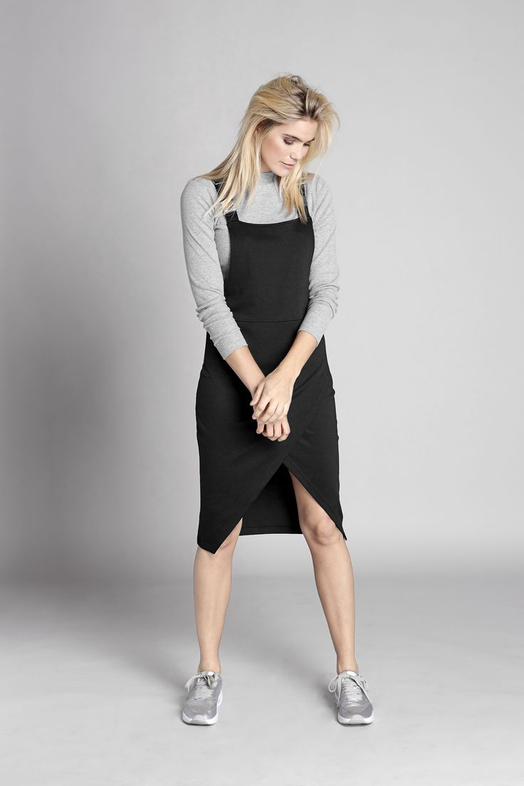 Sukienka na szelkach z  kopertowym wykończeniem, 189 zł + bluzka w modnym szarym kolorze, 99 zł.
