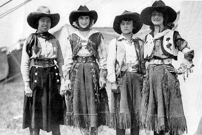 cowgirls chaquetitas hispanicas y flores en su ropa.   Buckaroo cuero de Caballos, uso, cuidado y mantenimiento: viejo oeste Vaquera Trajes