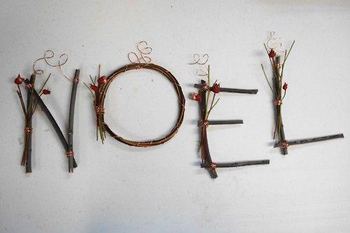 Noël en branches de noisetier et baies rouges.